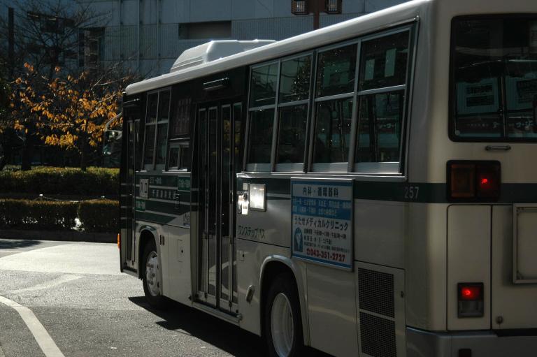 光を反射する乗合大型自動車(バス)