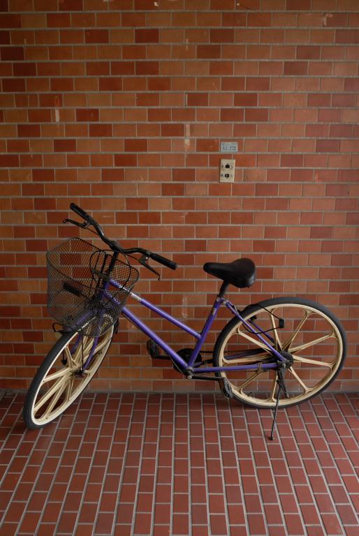 紫の自転車と