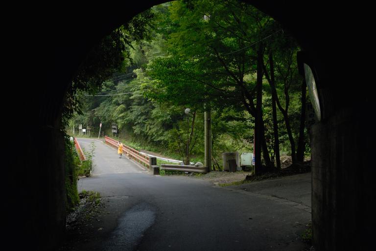 トンネルを抜けて遊歩道へ