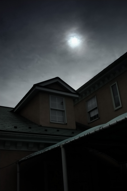 地表を覆うように発生した雲が日中の太陽の光を遮っている実例写真