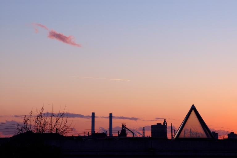 夕焼け、飛行機雲